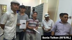 Бывшие работники компании «Каражанбасмунай», уволенные в 2011 году и требующие восстановить их на работе, пришли на прием к акиму Мангистауской области. Актау, 27 июня 2016 года.