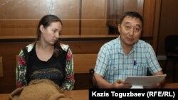 30 жастағы ана Оксана Шевчук және оның адвокаты Ғалым Нұрпейісов сот залында отыр. Алматы, 4 шілде 2019 жыл.