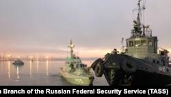 Украинские военные корабли у причала в Керчи