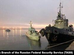 Три корабля ВМС Украины отбуксированы в порт Керчи