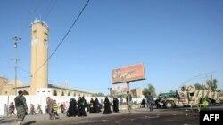 یکی از مسیرهای منتهی به کاظمین/ آثار خون به جا مانده از قربانیان یک حمله تروریستی بر زمین مشاهده میشود