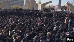 تجمعکنندگان با سر دادن شعارهایی، خواستار استعفای علیاکبر ولایتی، رئیس دانشگاه آزاد اسلامی شدند