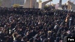 Eýranyň Azad uniwersitetiniň ýüzlerçe studenti paýtagt Tähranda proteste çykdy.