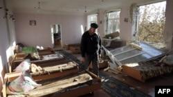 Зруйнована вибухом школа-інтернат у місті Сватове, Луганщина, жовтень 2015 року