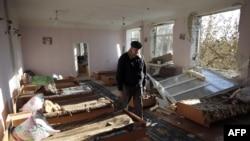 Uruş zerarly ýumrulan mekdep, Swatowe, Luhansk regiony, oktýabr, 2015
