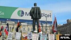 Москва, Триумфальная площадь. Митингуют российские ультраправые, еще ощущающие, в отличие от украинских, прилив энергии