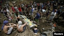 Կամավորները օգնում են վերացնել Թբիլիսիի ջրհեղեղիի հետևանքները, 16-ը հունիսի, 2015թ․