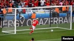 Член сборной Уэльса Аарон Рэмзи забивает гол в ворота сборной России. Тулуза, 20 июня 2016 года.