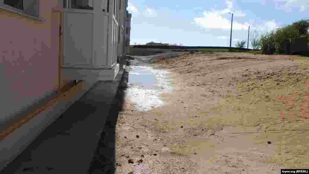 По словам очевидцев, второй дом для переселенцев ожидает та же участь, поскольку здесь нет системы водоотведения. Дождевая вода скапливается под домом, и не уходит в землю даже спустя два дня после прошедшего дождя