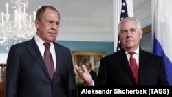 Госсекретарь США Рекс Тиллерсон (справа) и глава МИД России Сергей Лавров, 10 мая 2017