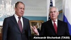Rusiyanın xarici işlər naziri Sergey Lavrov (solda) və ABŞ-ın dövlət katibi Rex Tillersonun mayın 10-da keçirilmiş görüşündan foto
