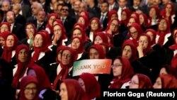 """Publika s natpisom """"Hvala vam"""" tokom događaja kad su okupljali pristalice pokreta Narodnih mudžahedina u Manzi, Albanija. Juli, 2019."""