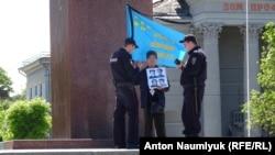 Поліцейські біля учасника поодинокого пікету в День пам'яті геноциду кримськотатарського народу, Сімферополь, 18 травня 2017 року