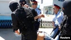 Задержание граждан в центре Алматы 21 мая, когда полиция пресекла проведение акций протестов «по земельному вопросу» в ряде городов.