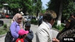 Кыргыз аялдары (Бишкектин көчөлөрүнөн тартылган сүрөт.)