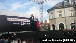 Lideri i Vetëvendosjes, Albin Kurti, gjatë fjalimit para protestuesve
