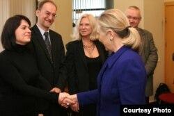 Ҳилларӣ Клинтон зимни мулоқот бо фаъолони белорусӣ