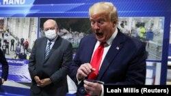 """Трамп за време на посетата на фабриката """"Форд"""" во Мичиген"""