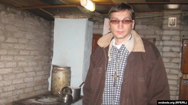 Брат Фаўстын, памочнік і сябра Шчадрова, у кухні, дзе гатуецца ежа для бяздомных
