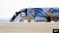 Заложники покидают захваченный самолет. Ларнака, 29 марта 2016 года.