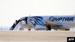 Пасажири залишають захоплений літак авіакомпанії EgyptAir, 29 березня 2016 року