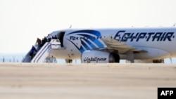 Заложники покидают захваченный самолет (Ларнака, 29 марта 2016 года)