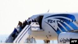Пассажиры захваченного самолета авиакомпании EgyptAir высаживаются в аэропорту в Ларнаке на Кипре. 29 марта 2016 года.