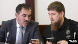 Russia -- Acting Chechen Republic head Ramzan Kadyrov (R) and Ingushetia head Yunus-Bek Yevkurov attend a ceremony in Pytigorsk, Stavropol region, August 2, 2016