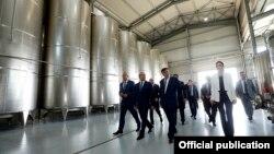 Премьер-министр Армении Овик Абрамян на винном заводе «Армас» (архив)