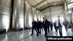 Премьер-министр Армении Овик Абрамян на винном заводе «Армас», 27 сентября 2014 г.