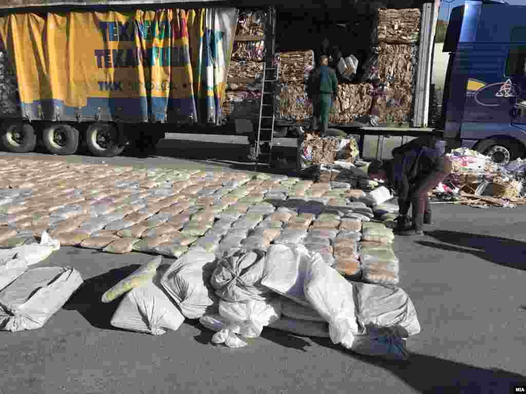 МАКЕДОНИЈА - Македонската Царина запленила над еден тон марихуана на граничниот премин Блаце, на влез од Косово во Македонија. Според Царината, марухуаната на турскиот илегален пазар, за каде била наменета, би достигнала вредност до четири милиони евра.
