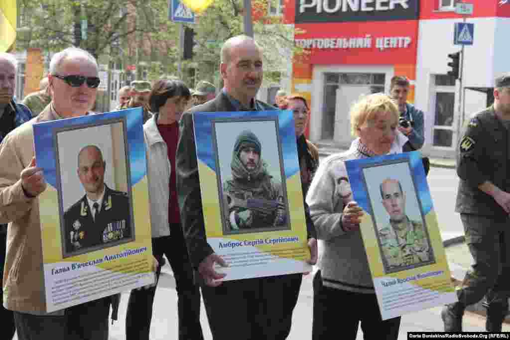 Родичі загиблих на Донбасі несуть їхні портрети