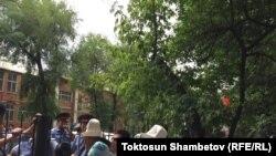 Сторонники Садыра Жапарова перед зданием Первомайского райсуда.