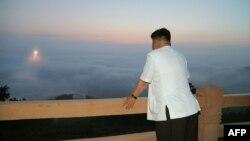 «کیم جونگ اون»، رهبر کره شمالی در حال تماشای یک رزمایش موشکی