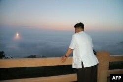 Северокорейский лидер Ким Чен Ын наблюдает за ракетными учениями