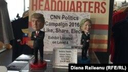 Изображающие Дональда Трампа и Хиллари Клинтон сувениры в Музее прессы в Вашингтоне.