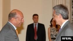 Romanian President Traian Basescu (left) greets RFE/RL President Jeffrey Gedmin.