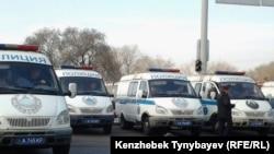 Полицейские микроавтобусы.