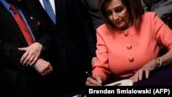 Спикер палаты представителей Нэнси Пелоси подписывает обвинения в адрес президента США Дональда Трампа, 15 января 2020 года.