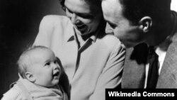 George və Barbara Bush ilk övladları, gələcək prezident George W. Bush-la. Ata Bush o vaxt Yale Universitetinin tələbəsi idi