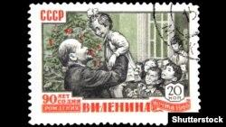 Почтовая советская марка примерно 1960 года с изображением Владимира Ленина с детьми у новогодней елки, приуроченная к 90-летию со дня его рождения