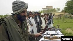 """""""Талибан"""" қозғалысы өкілдері өз еріктерімен қаруларын тапсырып жатыр. Ауғанстан, Герат уәлаяты, 27 шілде 2011 жыл. (Көрнекі сурет)"""