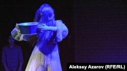 Эпизод из спектакля. По-видимому, героиня в роли келин. Алматы, 19 января 2018 года.