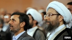 صادق لاریجانی (راست) همراه با محمود احمدی نژاد در یک سمینار سالانه قوه قضاییه.