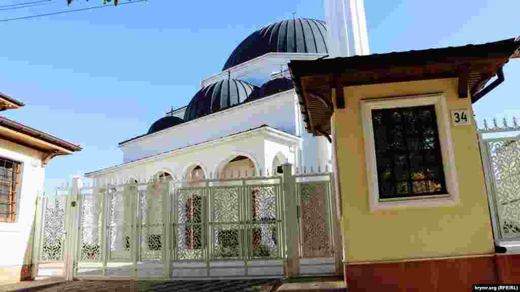 Центральные ворота комплекса «Сеит-Сеттар Джами». Историческая справка гласит, что в 1850 году мечеть построил бывший городской голова Симферополя, купец Сеит Сеттар Челеби
