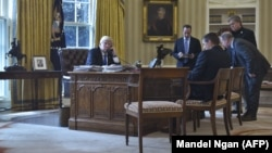 ԱՄՆ նախագահ Դոնալդ Թրամփը հեռախոսով զրուցում է Ռուսաստանի նախագահ Վլադիմիր Պուտինի հետ, 28-ը հունվարի, 2017թ.