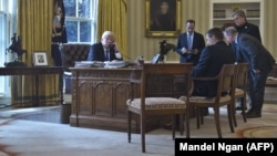Дональд Трамп ведет телефонный разговор с Владимиром Путиным