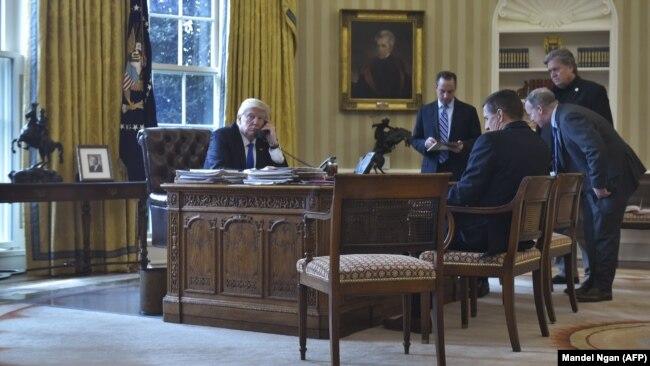 D.Trump Rusiya prezidenti V.Putin-lə söhbət edir.