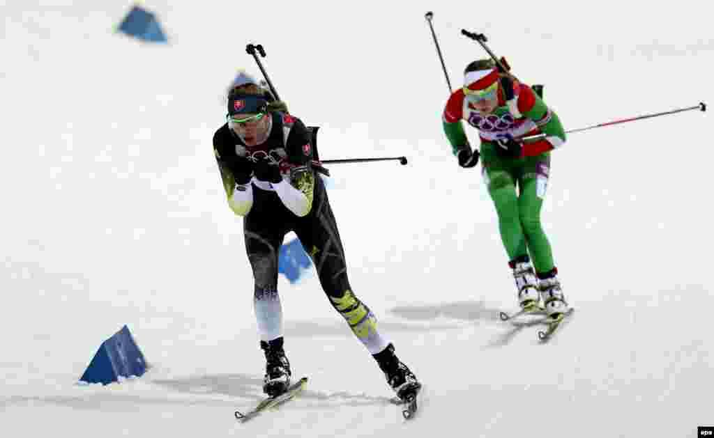 Анастасія Кузьміна зі Словаччини (л) і Ольга Вілухіна з Росії (п) під час біатлонних перегонів переслідування на 10 км