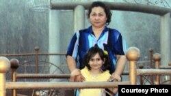 Айгуль Усеинова, безработная женщина вместе с дочерью. Фото из семейного архива.